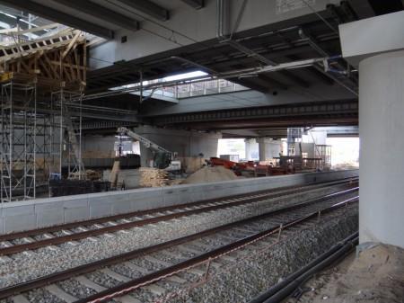 Im hinteren Bereich des Bahnsteigs Ru entsteht die Treppe zum Bahnsteig Ro