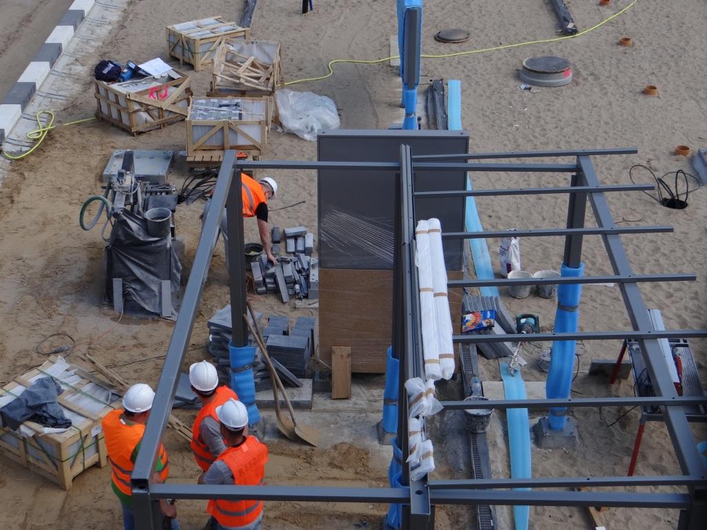 Auf dem Bahnsteig Ru werden erste Wartehallen aufgebaut