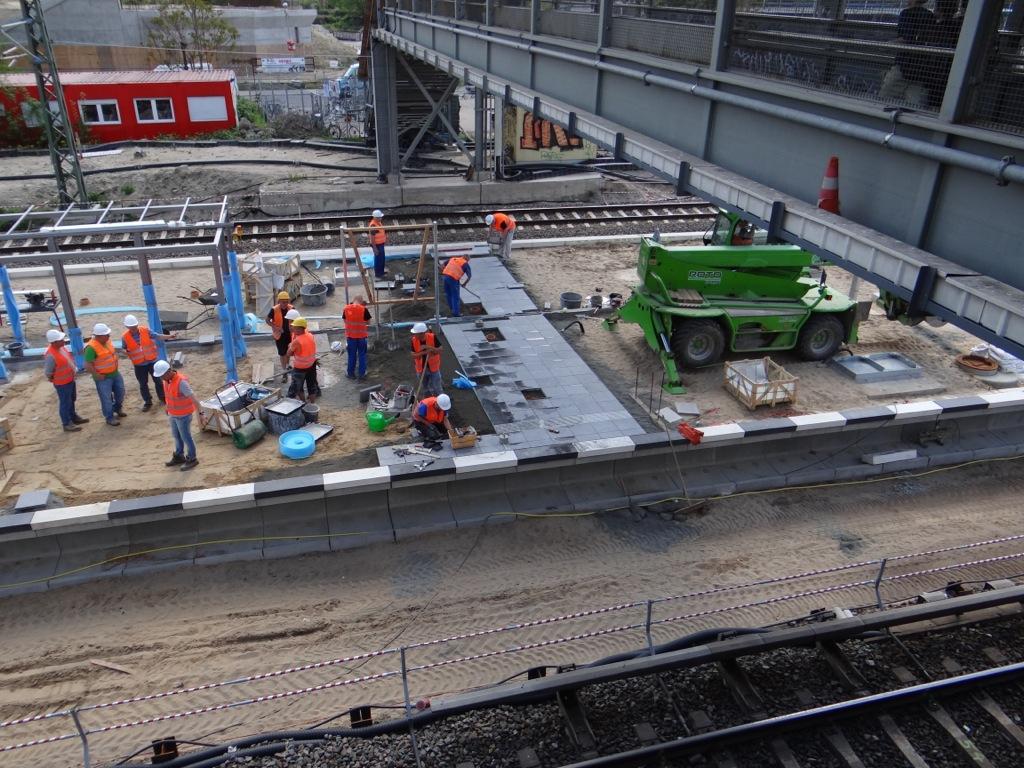 Der Bahnsteig Ru erhält seinen Bahnsteigbelag aus grauem Granit