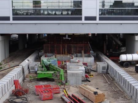 Auch am Bahnsteig D geht der Bau der Treppen voran. Die Stützwände werden gerade ausgeschalt