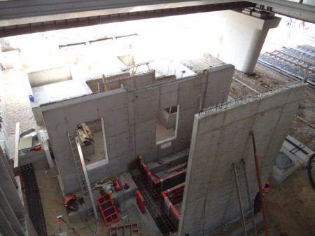 Die Stützender der Treppe von/zum Bahnsteig D sind fertig