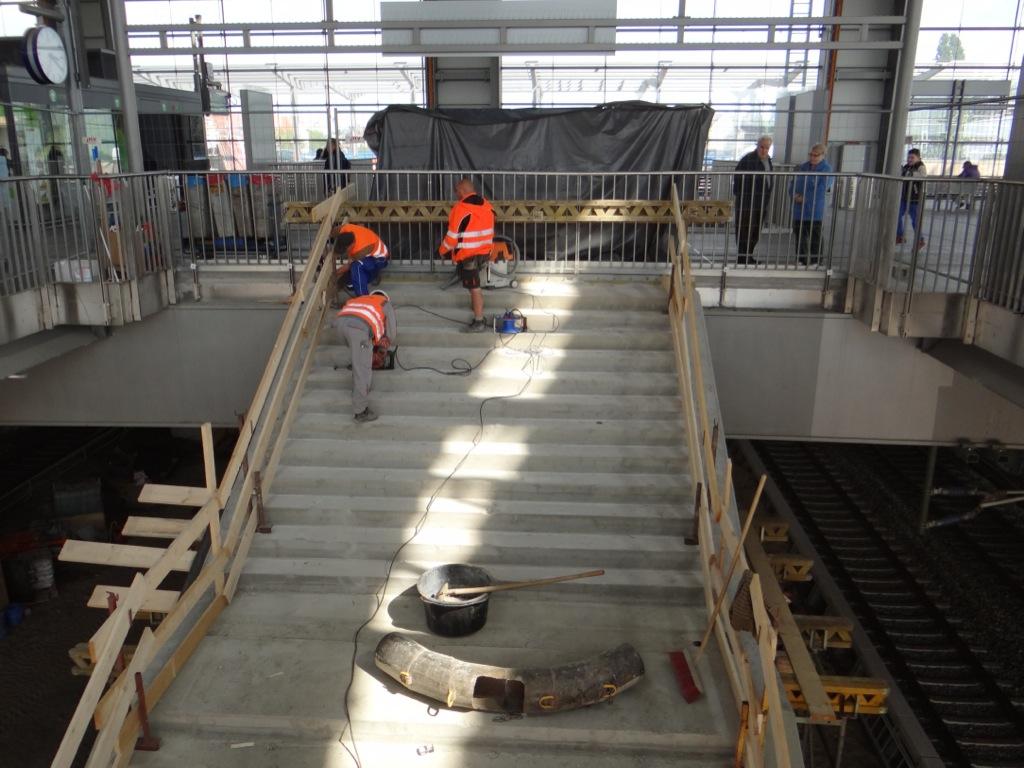Die Treppe vom Bahnsteig Ru zum Bahnsteig F ist fertig