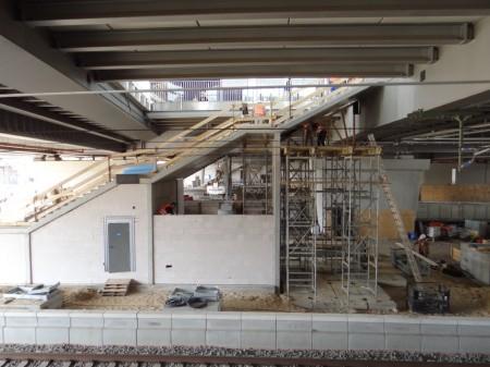 Unterhalb der Treppe werden Betriebsräume geschaffen