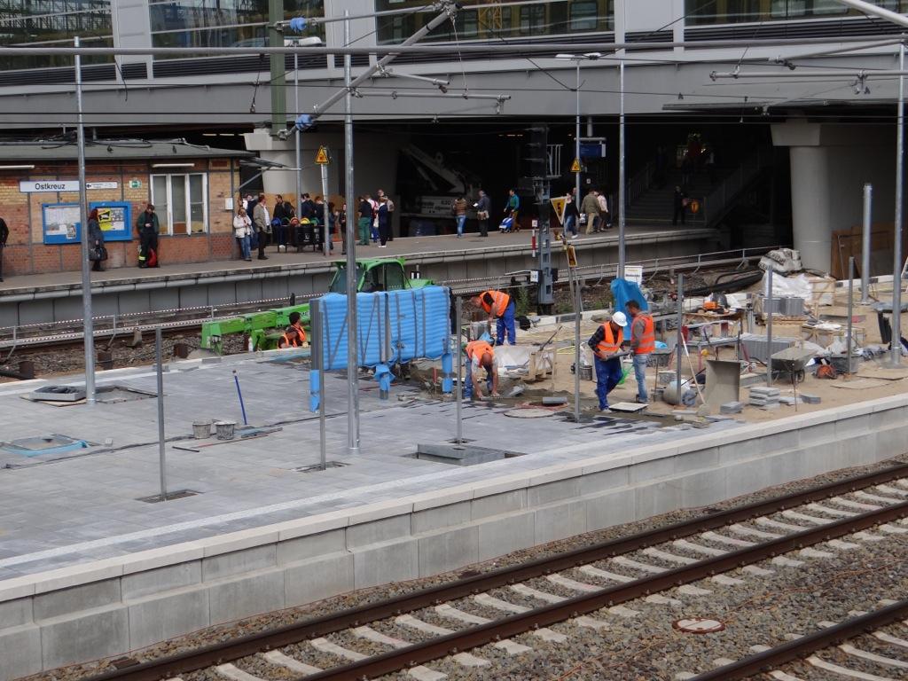 Verlegung des Bahnsteigbelags