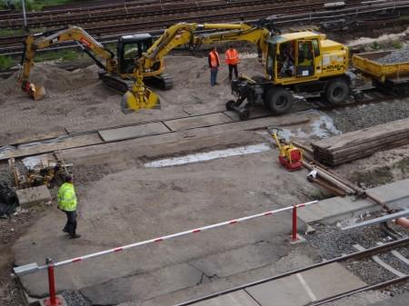 Ein provisorischer Bahnübergang wird geschaffen