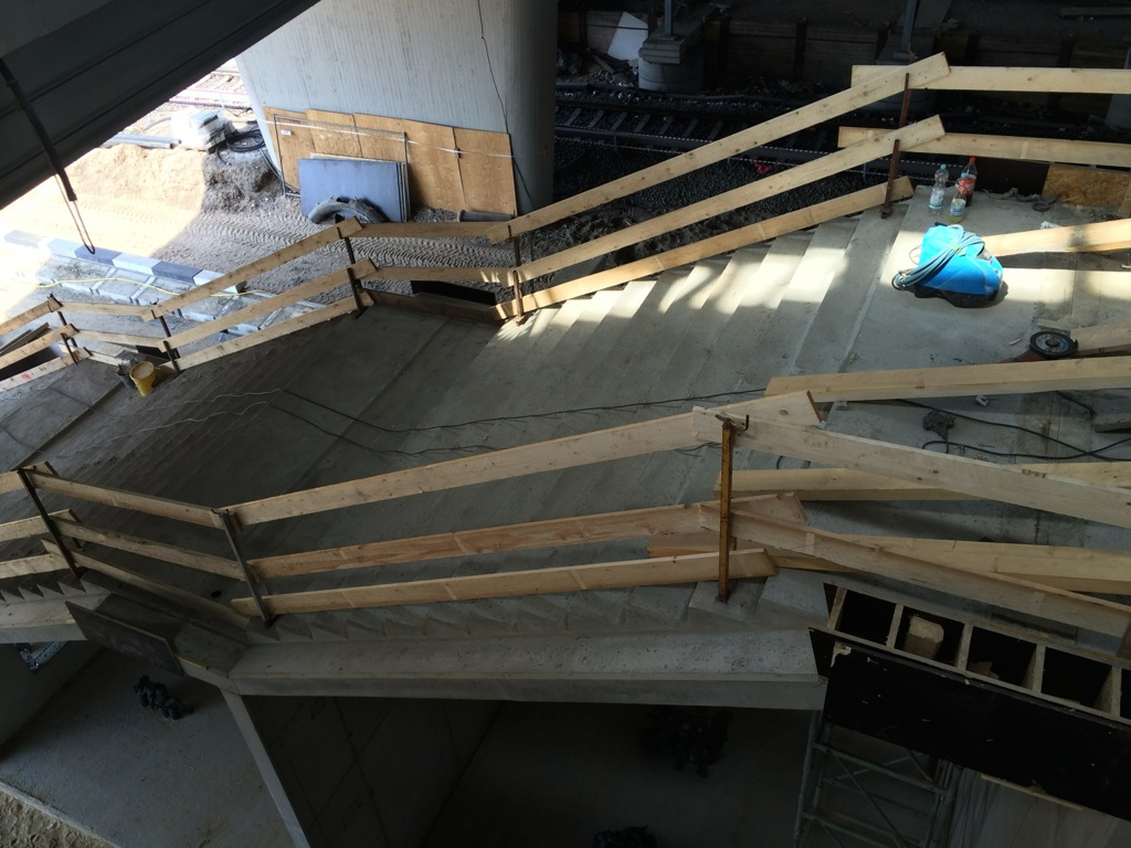 Die Treppe zum Bahnsteig Ru aus der Halle des Bahnsteig F