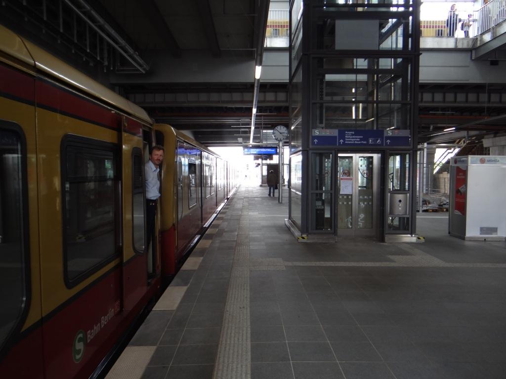 Abfertigung Bahnsteig Ru