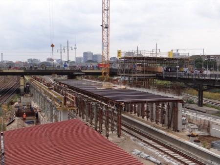 Aufbau der neuen Eingangshalle an der Warschauer Straße