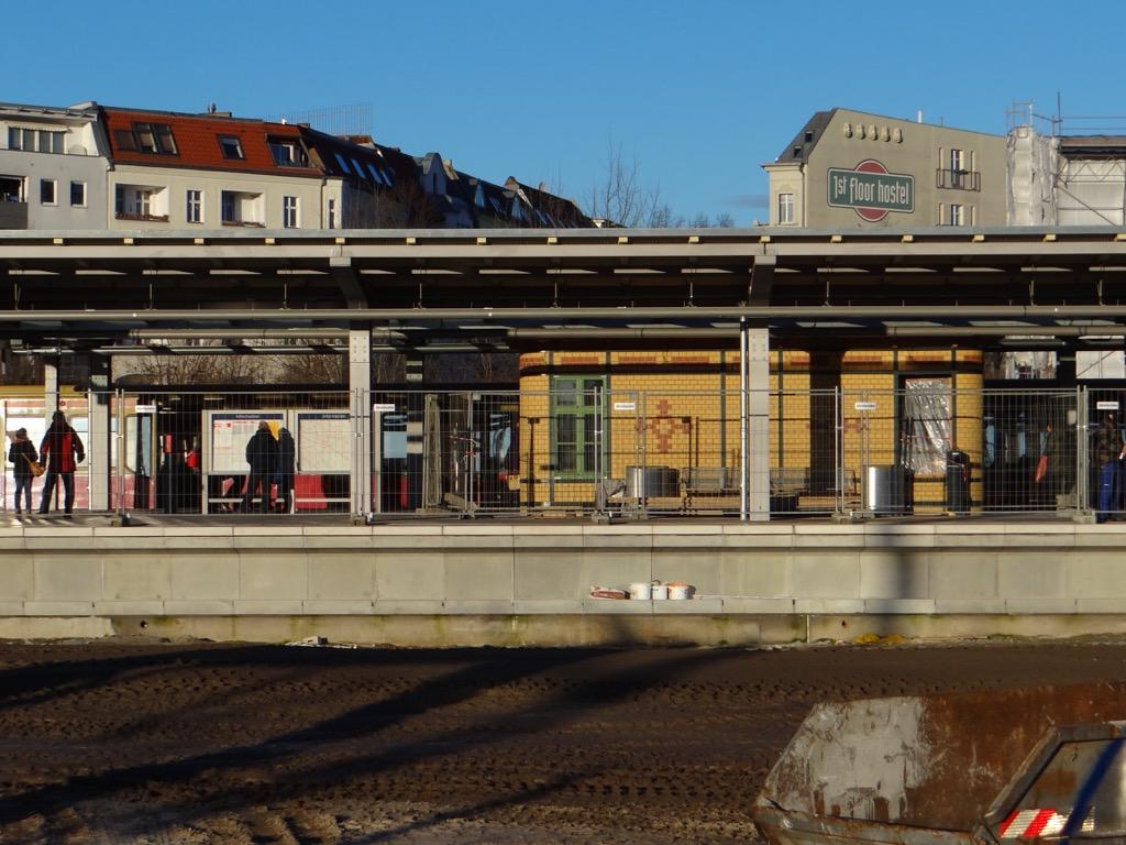 Der Bahnsteig D im Sonnenlicht
