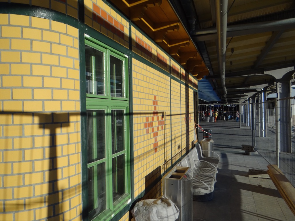 Bahnsteig D historisches Aufsichtsgebäude