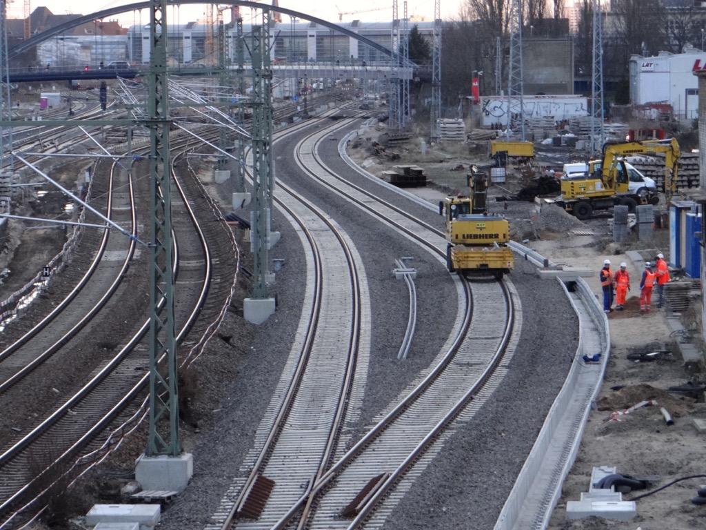 die neuen Fernbahngleise werden ausgestattet