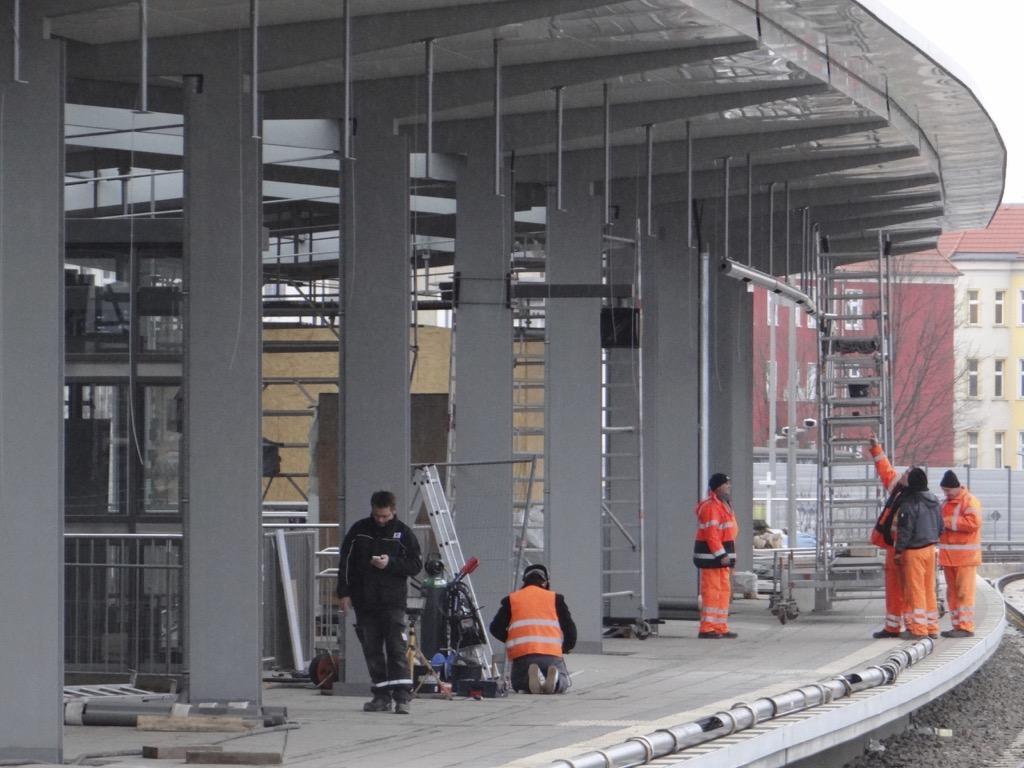 Einbau der Beleuchtung Bahnsteig Ro