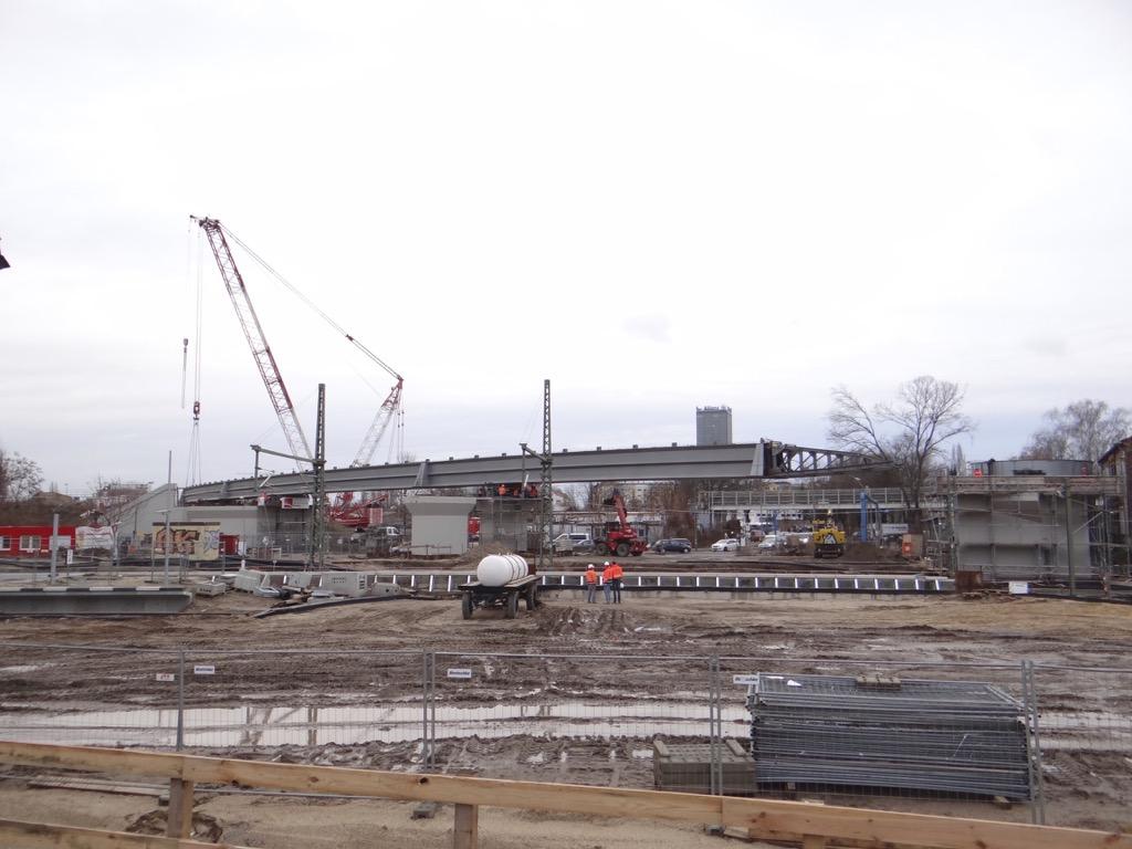Die Stahlbrücke reicht noch nicht ganz