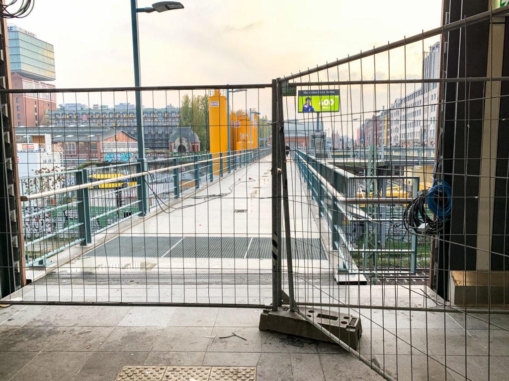 Ausgang S-Bahnhof Warschauer Straße Fußgängersteg zur U-Bahn.