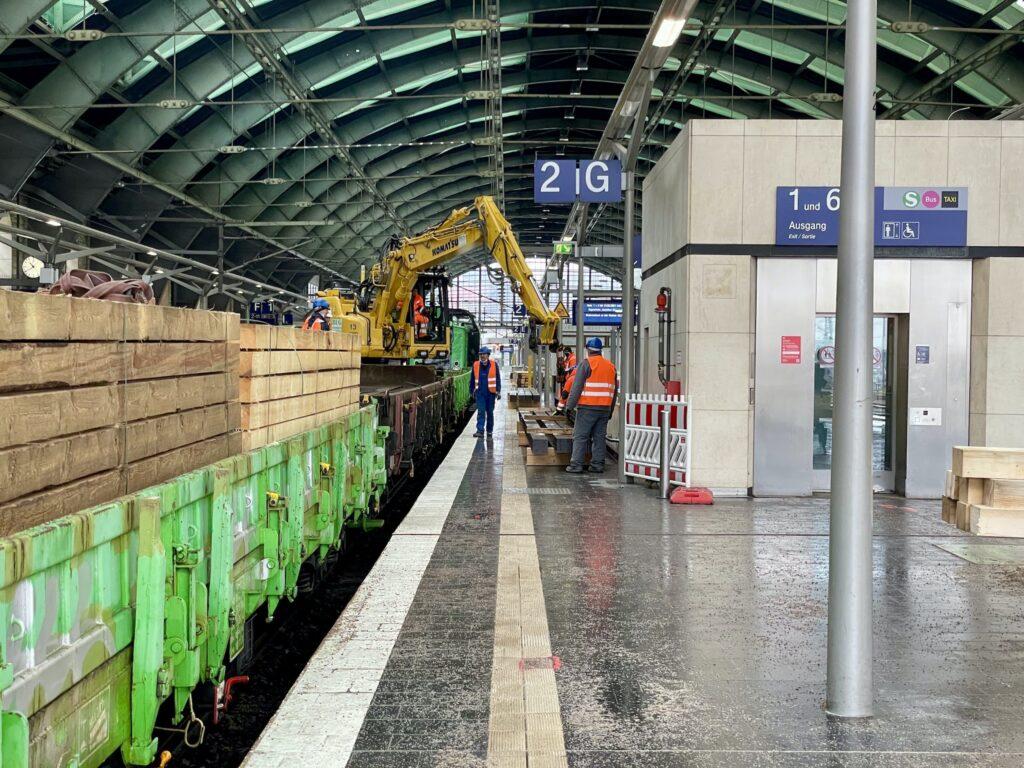 Bauzug Berlin Ostbahnhof Hallendachsanierung