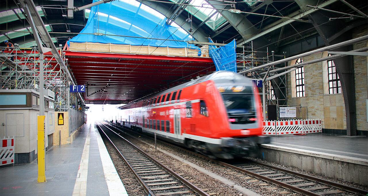 Zugdurchfahrt eines Regional Express am Ostbahnhof in Berlin